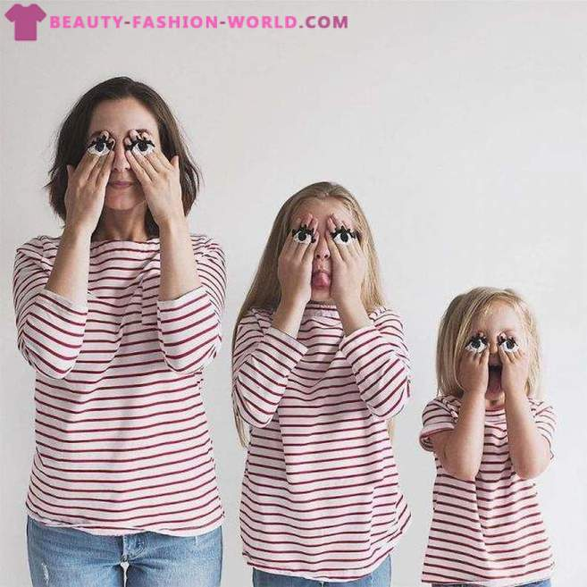 Mom and her two daughters subdued photographs Network in the same clothes!
